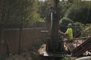 Op deze afbeelding is te zien hoe een werknemer van Albreco een grondboring maakt voor een aardwarmtesysteem.